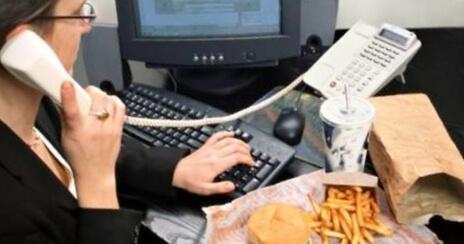 Comer en el trabajo es un problema a la larga